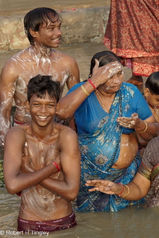 【神秘】ガンジス川で沐浴するまんさん、脱いだらこんなにエロかったwww これは鼻血でたわwwwwwwwwwwwwwwwwww・9枚目