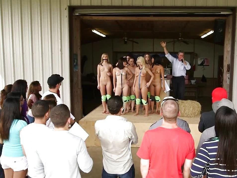 【閲覧注意】裏で売買取引されている世界のメス奴隷達をご覧下さい。。。(画像あり)・1枚目