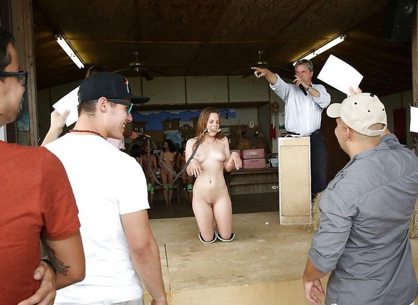 【閲覧注意】裏で売買取引されている世界のメス奴隷達をご覧下さい。。。(画像あり)・27枚目