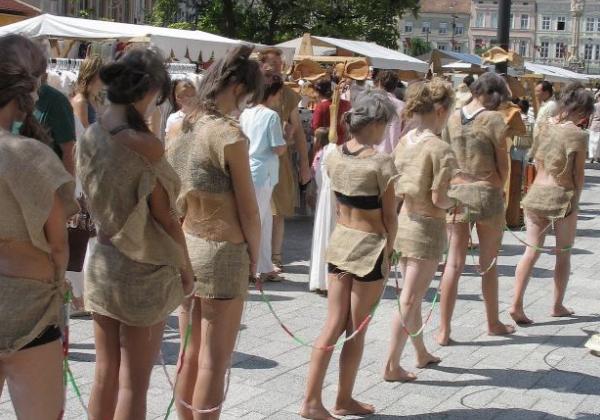 (ガチ胸糞注意)「性奴隷」として競売にかけられる女たちの光景マジでキツ杉・・・(写真あり)