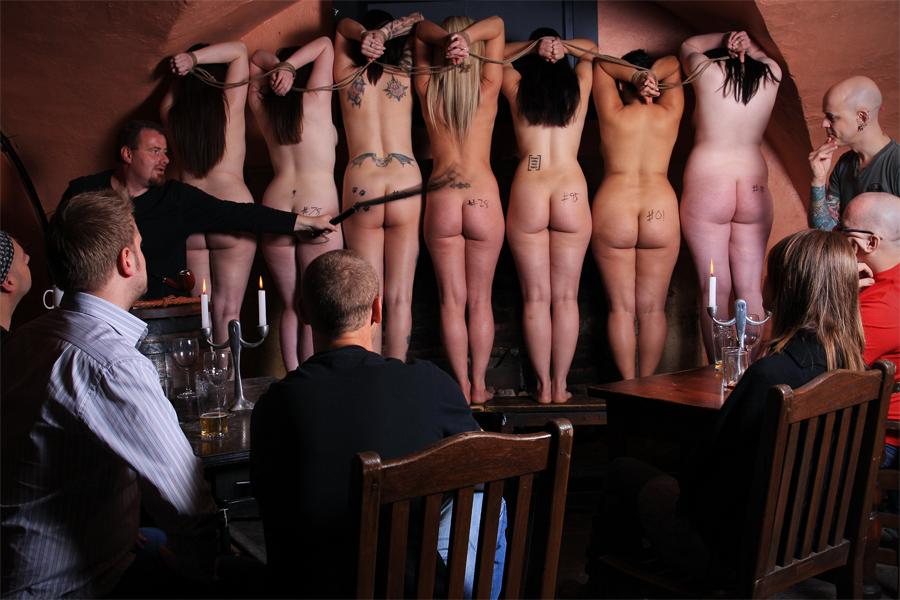 【ガチ胸糞注意】「性奴隷」として競売にかけられる女たちの光景マジでキツ杉・・・(画像あり)・20枚目