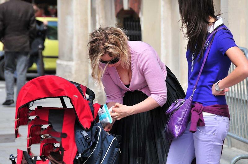 【油断大敵】夏の子連れママを真正面から盗撮したらクッソエロかったwwww育児に気をとられ胸元ガバガバwwwwwwwww(画像あり)・19枚目