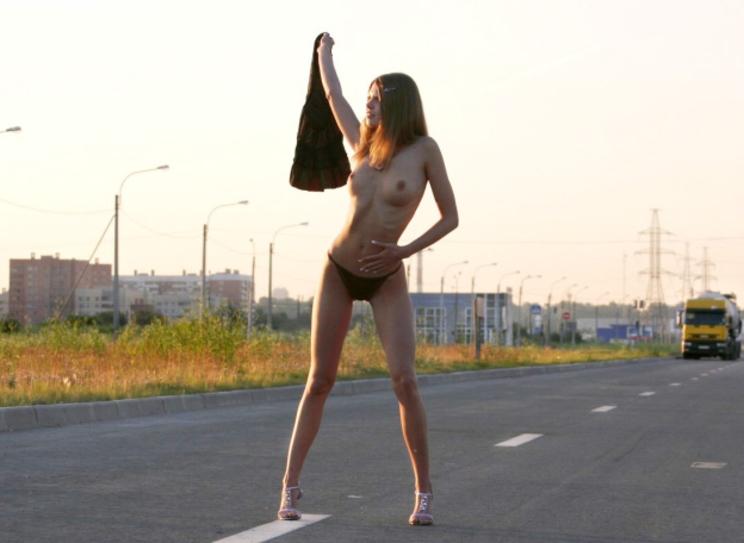 【急ブレーキ不可避】「へェ―イ!」海外で絶対に止まってくれるヒッチハイクの方法がコレwwwwwwwwwwwww(画像あり)・9枚目