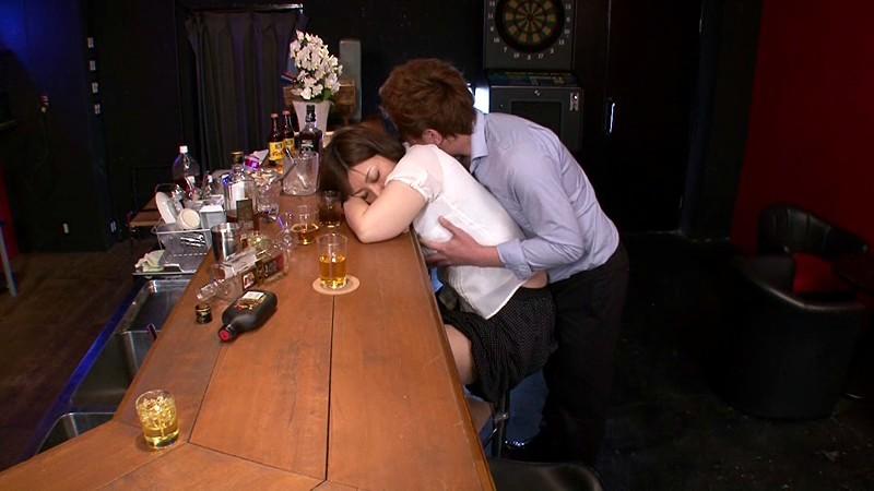 【閲覧注意】飲み会でテンション上がって飲み過ぎた泥酔まんさんの末路。。。写真まで撮られて死亡確定でワロタ、、、(画像あり)・9枚目