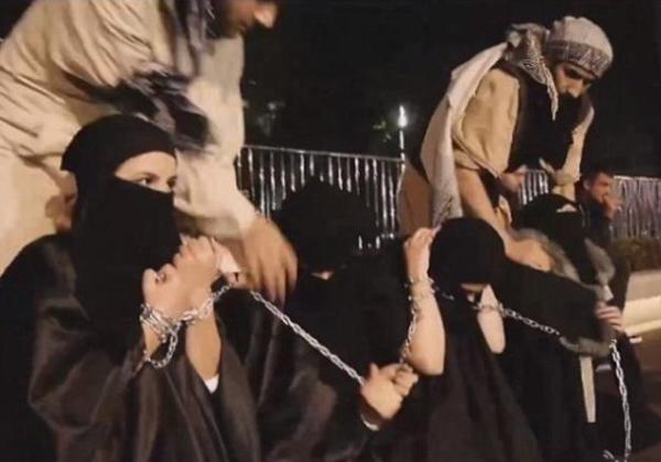 (胸糞注意)ISIS、拉致した女子たちを奴隷市場で取引する光景をご覧下さい・・・。ちんこしゃぶらせてるやんけ。。。(写真あり)