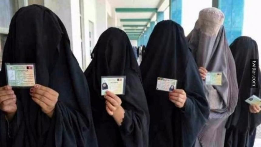 【胸糞注意】ISIS、拉致した女の子たちを奴隷市場で取引する光景をご覧下さい・・・。チンポしゃぶらせてるやんけ。。。(画像あり)・8枚目