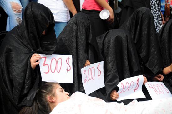 【胸糞注意】ISIS、拉致した女の子たちを奴隷市場で取引する光景をご覧下さい・・・。チンポしゃぶらせてるやんけ。。。(画像あり)・9枚目