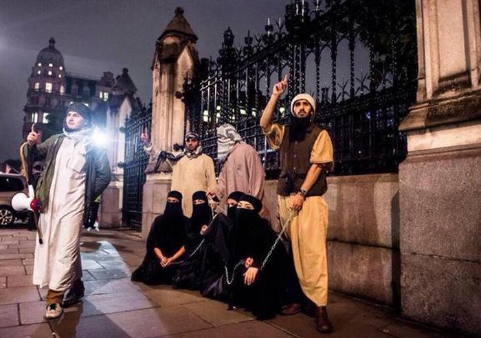 【胸糞注意】ISIS、拉致した女の子たちを奴隷市場で取引する光景をご覧下さい・・・。チンポしゃぶらせてるやんけ。。。(画像あり)・11枚目