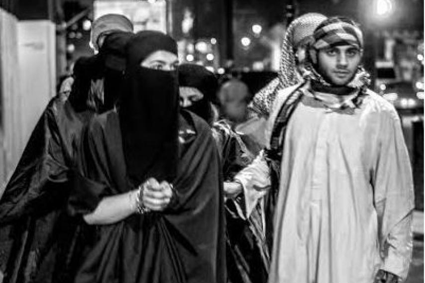 【胸糞注意】ISIS、拉致した女の子たちを奴隷市場で取引する光景をご覧下さい・・・。チンポしゃぶらせてるやんけ。。。(画像あり)・12枚目