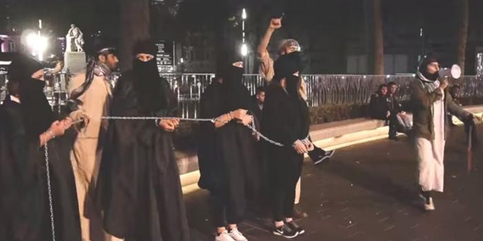 【胸糞注意】ISIS、拉致した女の子たちを奴隷市場で取引する光景をご覧下さい・・・。チンポしゃぶらせてるやんけ。。。(画像あり)・13枚目