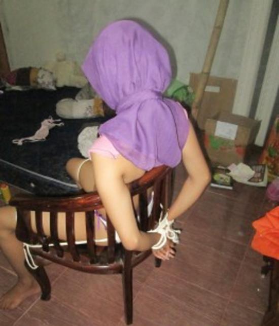 【胸糞注意】ISIS、拉致した女の子たちを奴隷市場で取引する光景をご覧下さい・・・。チンポしゃぶらせてるやんけ。。。(画像あり)・14枚目