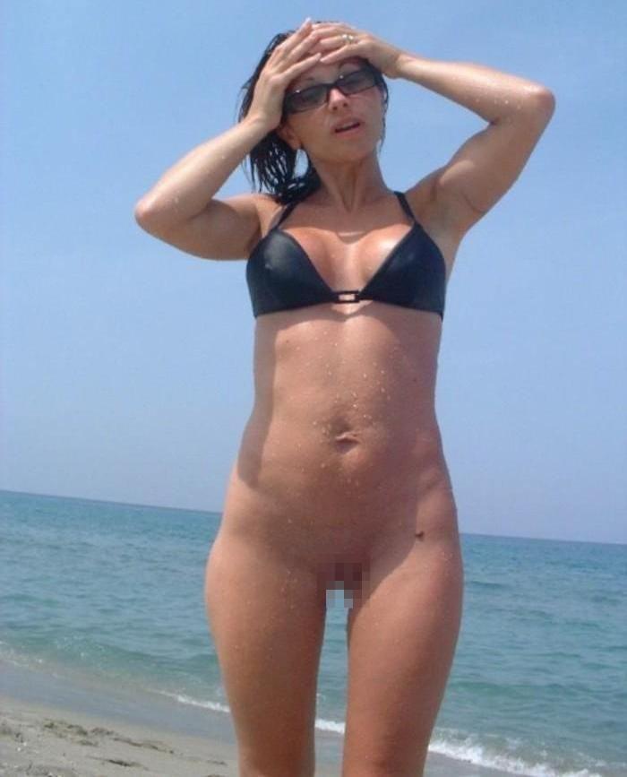 ビーチで水着のパンツを忘れたマンコさん、諦めて全力で遊ぶ好プレイwwwwwwwwwwwwwwwwwwwwwww(画像あり)・19枚目