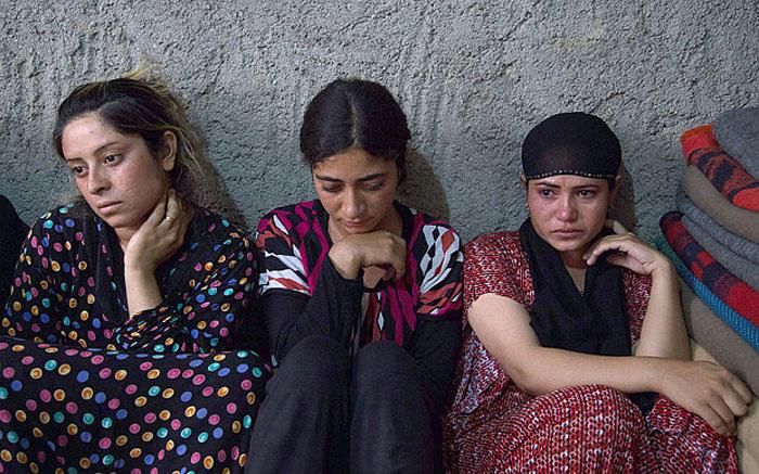 【胸糞注意】ISIS、拉致した女の子たちを奴隷市場で取引する光景をご覧下さい・・・。チンポしゃぶらせてるやんけ。。。(画像あり)・2枚目
