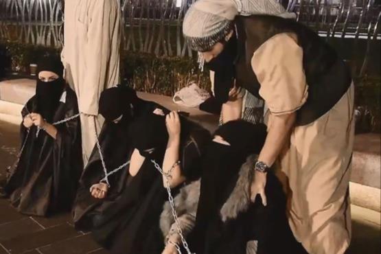 【胸糞注意】ISIS、拉致した女の子たちを奴隷市場で取引する光景をご覧下さい・・・。チンポしゃぶらせてるやんけ。。。(画像あり)・17枚目