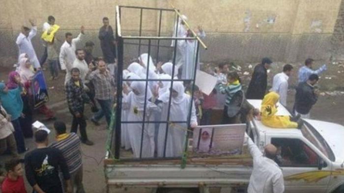 【胸糞注意】ISIS、拉致した女の子たちを奴隷市場で取引する光景をご覧下さい・・・。チンポしゃぶらせてるやんけ。。。(画像あり)・18枚目