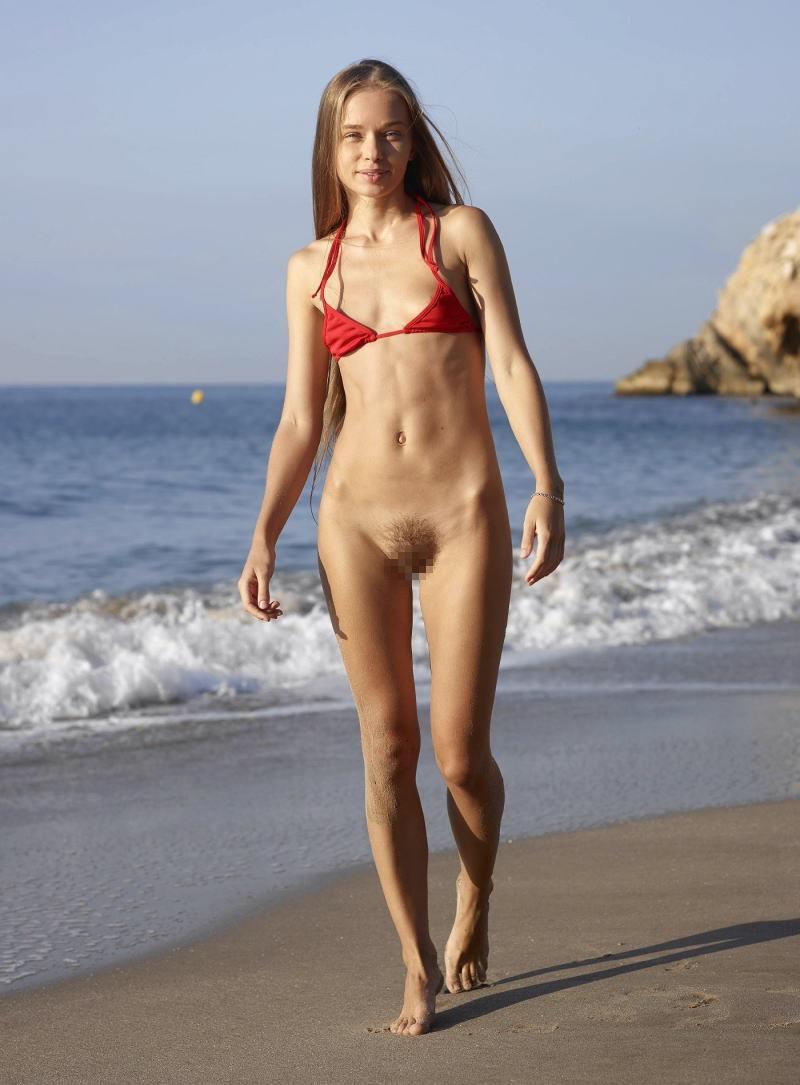 ビーチで水着のパンツを忘れたマンコさん、諦めて全力で遊ぶ好プレイwwwwwwwwwwwwwwwwwwwwwww(画像あり)・22枚目