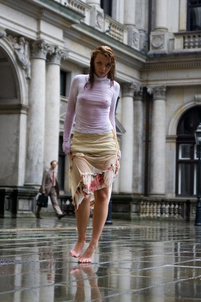 【透け乳注意】濡れるとわかっていて白Tシャツを着て来るノーブラ女子、有能(you know)wwwwwwwwwwwwww(画像あり)・22枚目