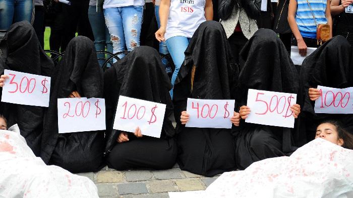 【胸糞注意】ISIS、拉致した女の子たちを奴隷市場で取引する光景をご覧下さい・・・。チンポしゃぶらせてるやんけ。。。(画像あり)・20枚目