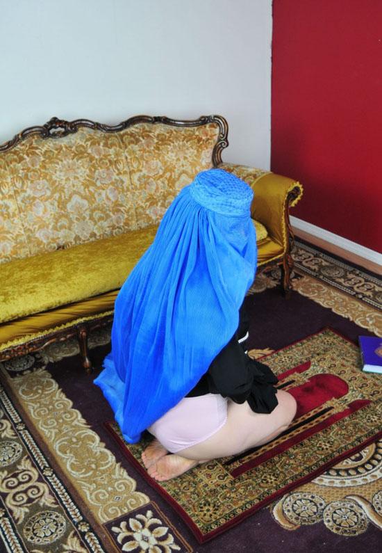 【胸糞注意】ISIS、拉致した女の子たちを奴隷市場で取引する光景をご覧下さい・・・。チンポしゃぶらせてるやんけ。。。(画像あり)・21枚目