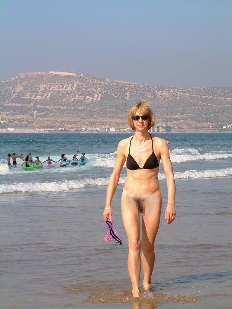 ビーチで水着のパンツを忘れたマンコさん、諦めて全力で遊ぶ好プレイwwwwwwwwwwwwwwwwwwwwwww(画像あり)・26枚目