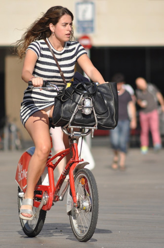 ミニスカ自転車まんさん、、きちんと心の準備をしていた。(画像)・3枚目