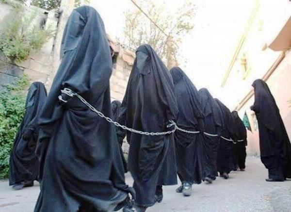 【胸糞注意】ISIS、拉致した女の子たちを奴隷市場で取引する光景をご覧下さい・・・。チンポしゃぶらせてるやんけ。。。(画像あり)・3枚目