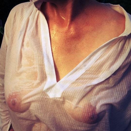【透け乳注意】濡れるとわかっていて白Tシャツを着て来るノーブラ女子、有能(you know)wwwwwwwwwwwwww(画像あり)・30枚目