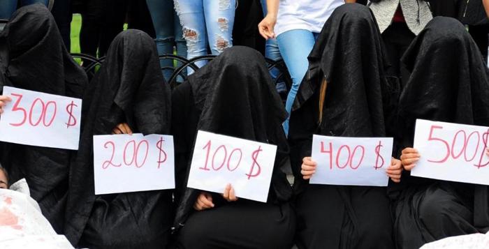 【胸糞注意】ISIS、拉致した女の子たちを奴隷市場で取引する光景をご覧下さい・・・。チンポしゃぶらせてるやんけ。。。(画像あり)・4枚目