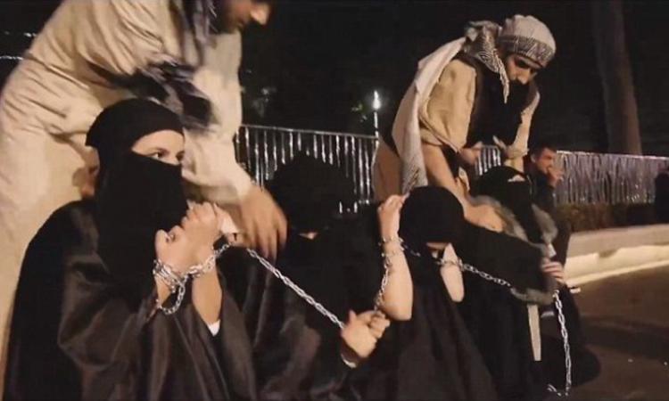 【胸糞注意】ISIS、拉致した女の子たちを奴隷市場で取引する光景をご覧下さい・・・。チンポしゃぶらせてるやんけ。。。(画像あり)・5枚目