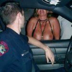 【露出エロ画像】警察に捕まったまんさん「どうしよう・・・せや!脱いで許してもろたろ!!!」(画像あり)