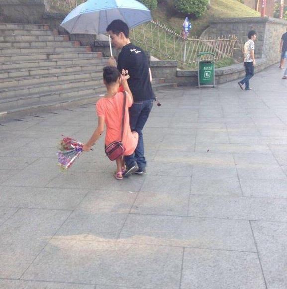 中国の売り子少女の迫り方。。。(画像あり)・2枚目