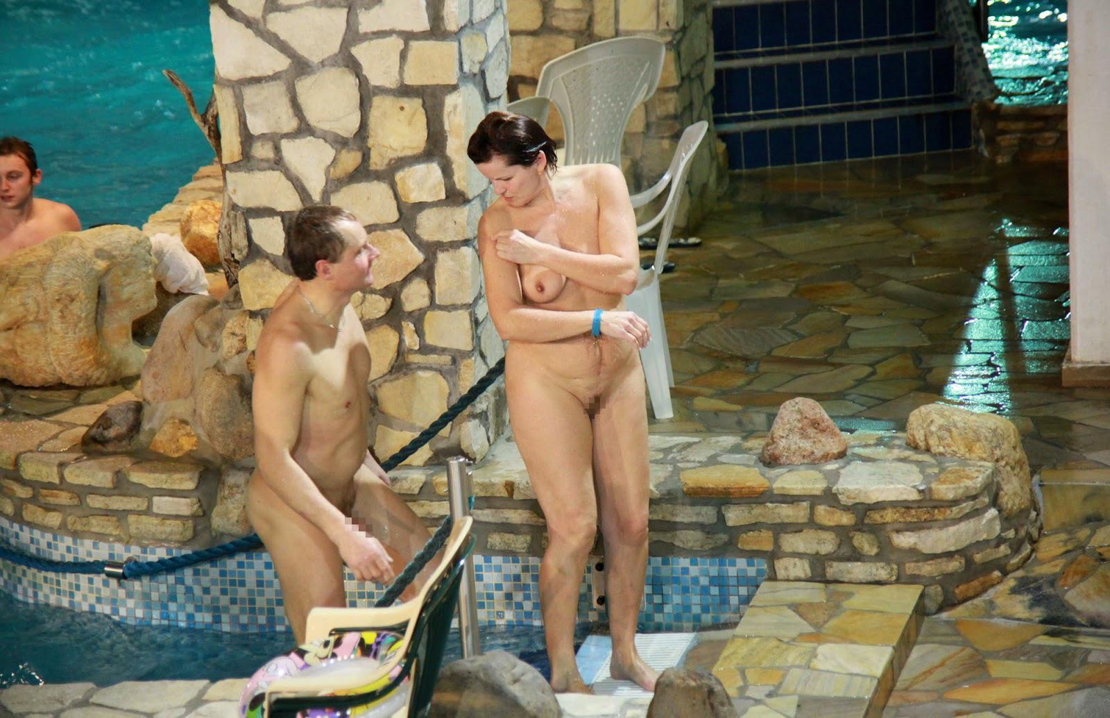 【エロ画像注意】原則全裸のリゾートホテルのプールがあるという事実。全裸ウォータースライダーで草。・1枚目