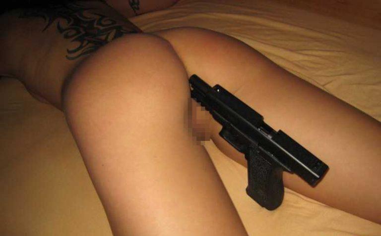 нет, сейчас девушке в зад засунули дуло пистолета и провернули увидел припухшие соски