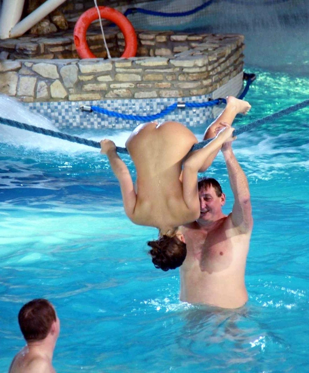 【エロ画像注意】原則全裸のリゾートホテルのプールがあるという事実。全裸ウォータースライダーで草。・12枚目