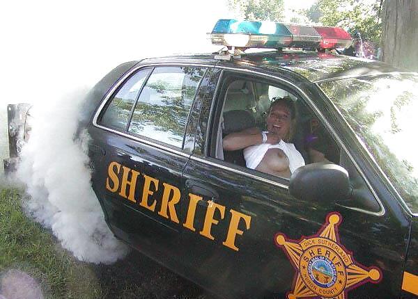 【露出エロ画像】警察に捕まったまんさん「どうしよう・・・せや!脱いで許してもろたろ!!!」(画像あり)・13枚目
