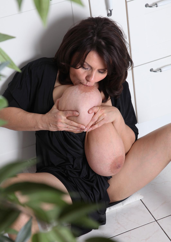 【納得爆乳エロ画像】デカ乳まんさんの乳輪が成長する理由、ついに判明wwwwwwwwwwwwwwww(画像30枚)・15枚目