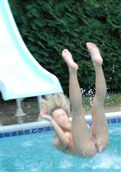 【エロ画像注意】原則全裸のリゾートホテルのプールがあるという事実。全裸ウォータースライダーで草。・17枚目