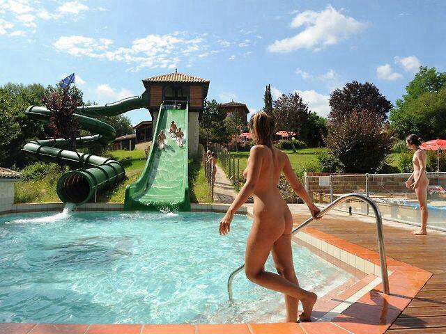 【エロ画像注意】原則全裸のリゾートホテルのプールがあるという事実。全裸ウォータースライダーで草。・19枚目