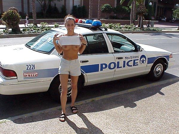 【露出エロ画像】警察に捕まったまんさん「どうしよう・・・せや!脱いで許してもろたろ!!!」(画像あり)・18枚目