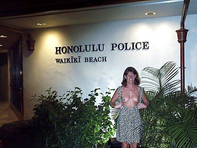 【露出エロ画像】警察に捕まったまんさん「どうしよう・・・せや!脱いで許してもろたろ!!!」(画像あり)・19枚目