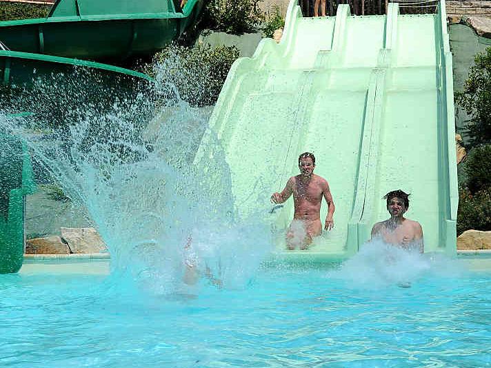 【エロ画像注意】原則全裸のリゾートホテルのプールがあるという事実。全裸ウォータースライダーで草。・21枚目