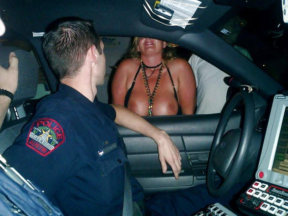 【露出エロ画像】警察に捕まったまんさん「どうしよう・・・せや!脱いで許してもろたろ!!!」(画像あり)・4枚目