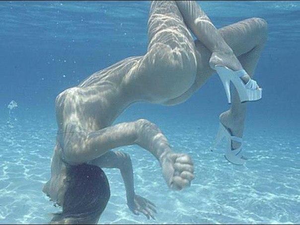 【エロ画像注意】原則全裸のリゾートホテルのプールがあるという事実。全裸ウォータースライダーで草。・5枚目