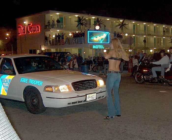【露出エロ画像】警察に捕まったまんさん「どうしよう・・・せや!脱いで許してもろたろ!!!」(画像あり)・5枚目