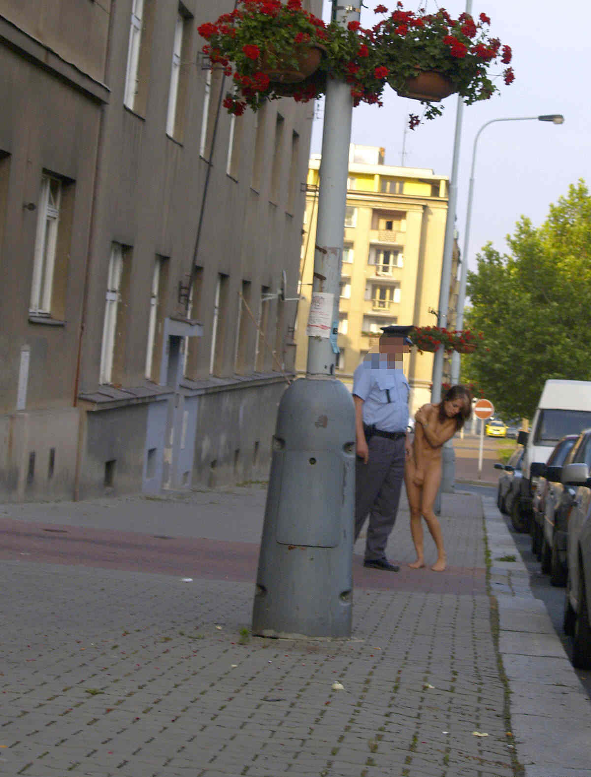 【露出エロ画像】警察に捕まったまんさん「どうしよう・・・せや!脱いで許してもろたろ!!!」(画像あり)・7枚目