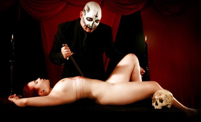 【トラウマ注意】女を生贄にする海外のガチ儀式がマジで足が震えるレベルな件・・・(画像27枚)・1枚目
