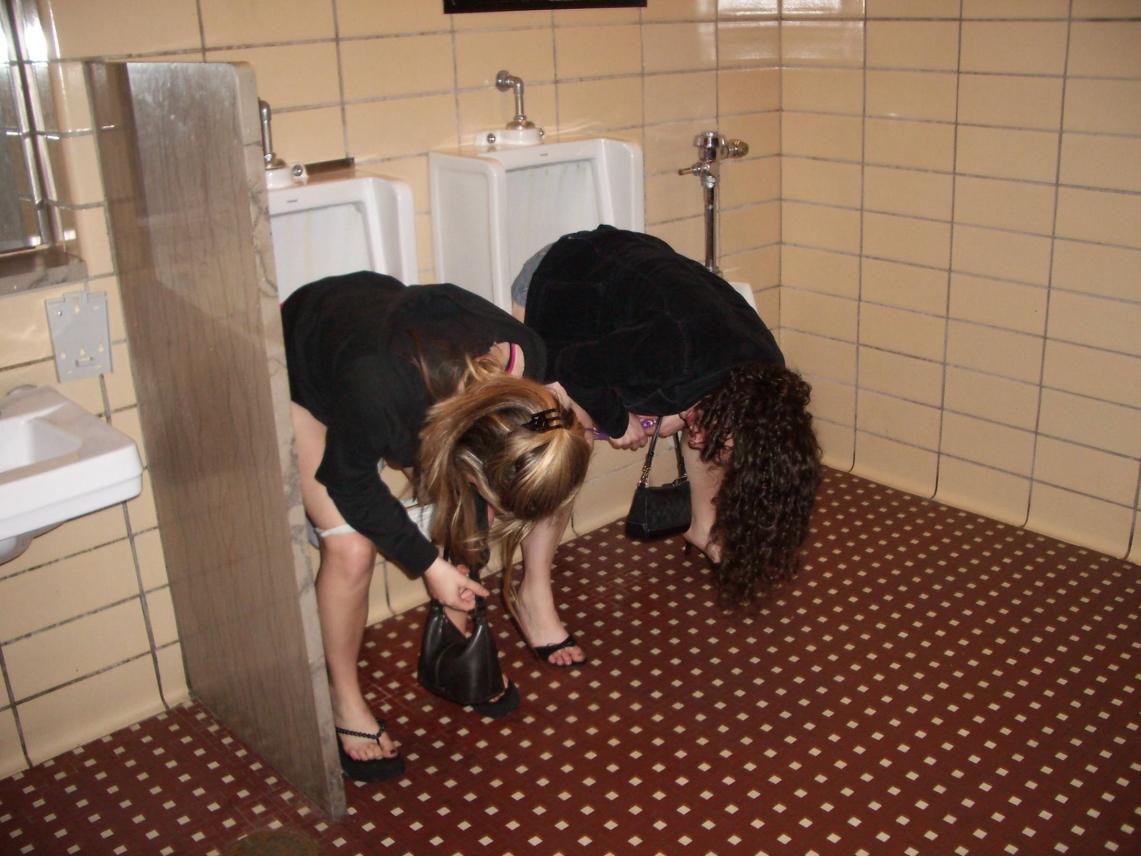 【エロ画像】泥酔まんさん、男子トイレで立ちしょんしてるところを撮られるwwwwwwwwwwwwww・10枚目