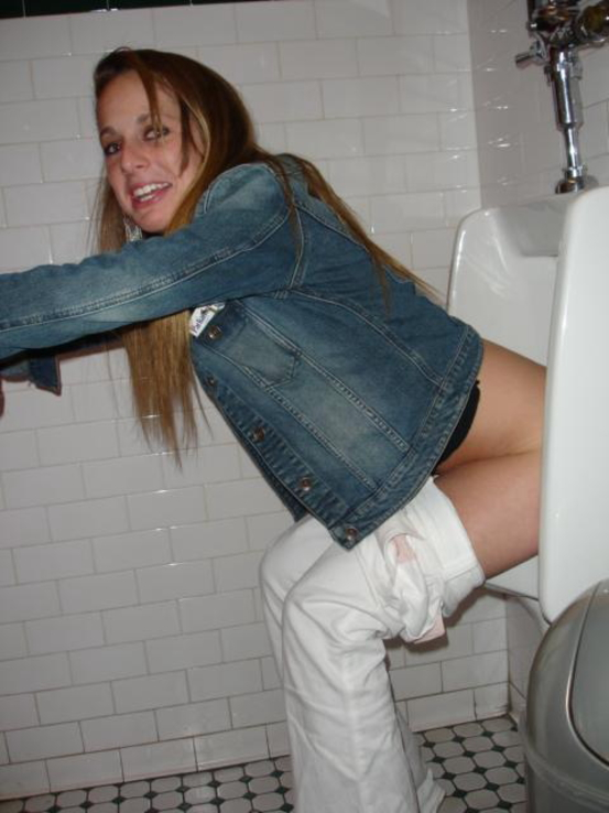 【エロ画像】泥酔まんさん、男子トイレで立ちしょんしてるところを撮られるwwwwwwwwwwwwww・11枚目