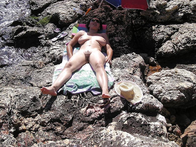 ヌーディストビーチでオマタおっぴろげて寝てるお姉ちゃんおるやんけ!!!ワイ携帯持っとるやんけ!!(画像あり)・11枚目