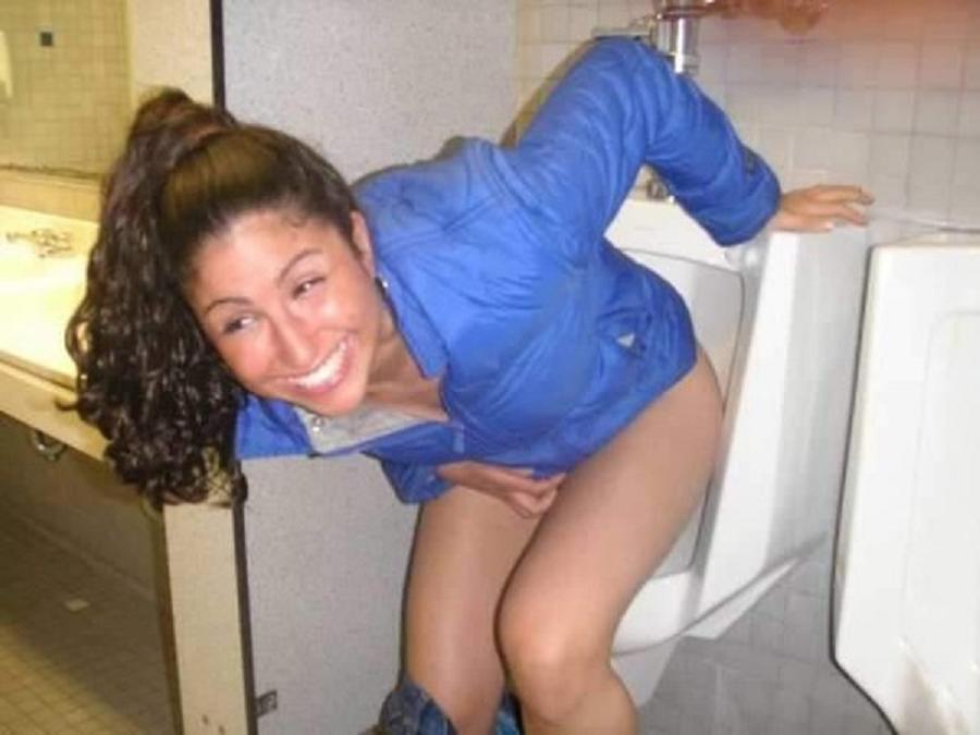 【エロ画像】泥酔まんさん、男子トイレで立ちしょんしてるところを撮られるwwwwwwwwwwwwww・12枚目